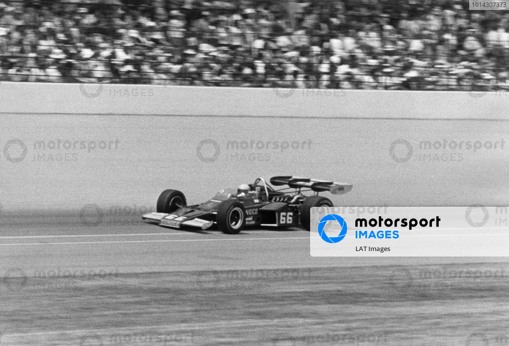 1972 Indianapolis 500. Indianapolis, Indiana, United States. 27 May 1972. Mark Donohue (McLaren M16B-Offenhauser), 1st position, action. World Copyright: LAT Photographic. Ref: B/W Print.