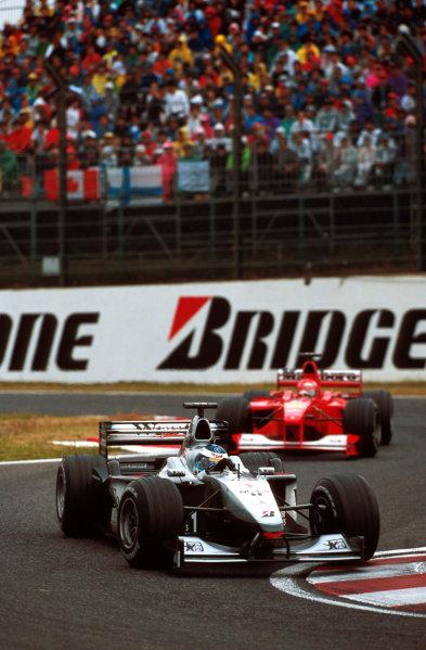 Suzuka, Japan.6-8 October 2000.Mika Hakkinen (McLaren MP4/15 Mercedes) leads Michael Schumacher (Ferrari F1-2000).World copyright - LAT Photographic