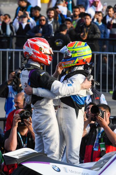 Alexander Sims (GBR) BMW I Andretti Motorsports, 1st position congratulates Maximilian Günther (DEU), BMW I Andretti Motorsports, BMW iFE.2, 2nd position