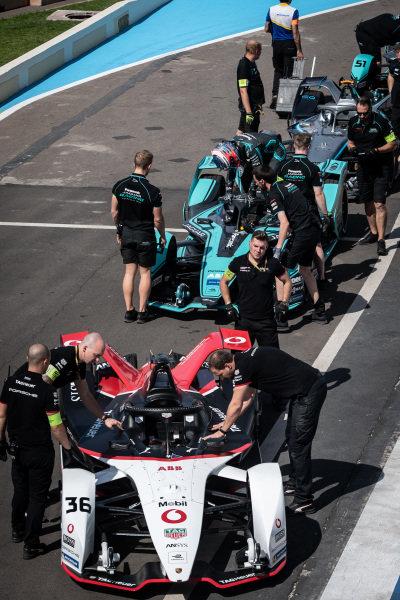 Mechanics push Andre Lotterer's (DEU), Tag Heuer Porsche, Porsche 99x Electric through the pit lane