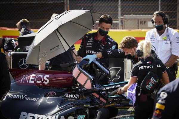 Sir Lewis Hamilton, Mercedes, and Angela Cullen, Physio for Lewis Hamilton, on the grid
