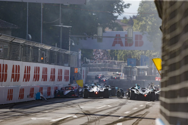 Yellow flag for the pile up of Robin Frijns (NLD), Envision Virgin Racing, Audi e-tron FE05 Gary Paffett (GBR), HWA Racelab, VFE-05, Oliver Rowland (GBR), Nissan e.Dams, Nissan IMO1 and Andre Lotterer (DEU), DS TECHEETAH, DS E-Tense FE19