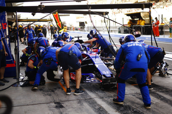 Brendon Hartley, Toro Rosso STR13, makes a pit stop.