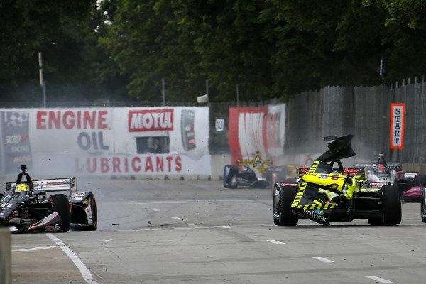 Sebastien Bourdais, Dale Coyne Racing with Vasser-Sullivan Honda, Spencer Pigot, Ed Carpenter Racing Chevrolet crash on the front straight