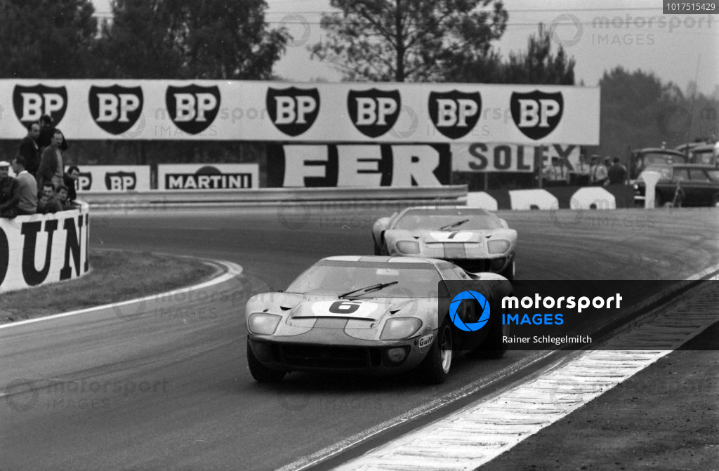 Jacky Ickx / Jackie Oliver, John Wyer Automotive Engineering Ltd, Ford GT40 leads David Hobbs / Mike Hailwood, John Wyer Automotive Engineering, Ford GT40.