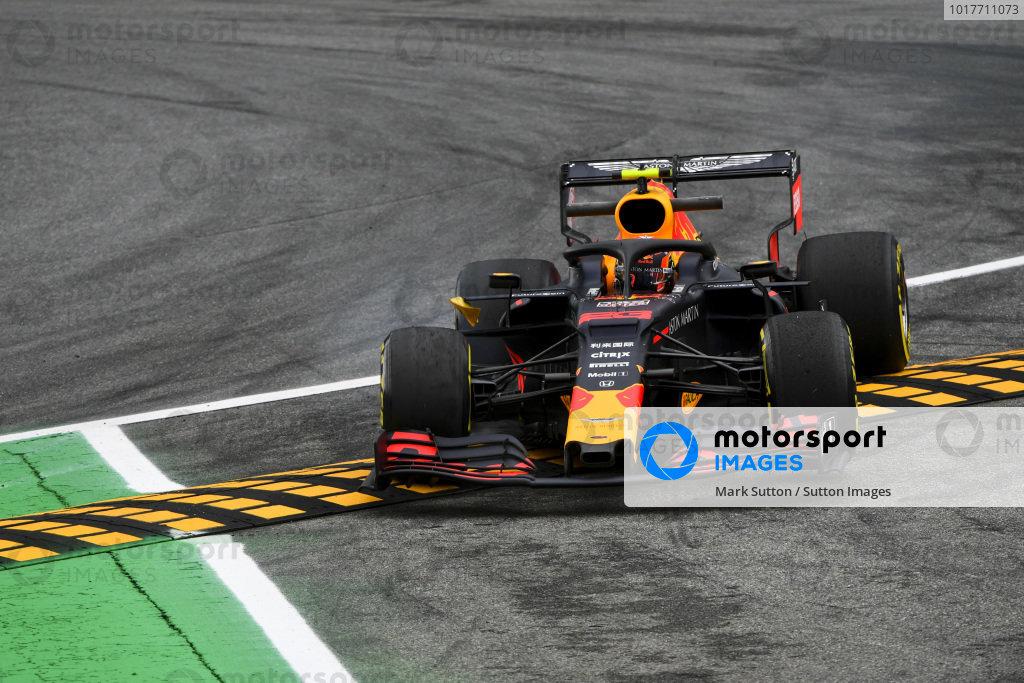 Alexander Albon, Red Bull RB15 runs wide