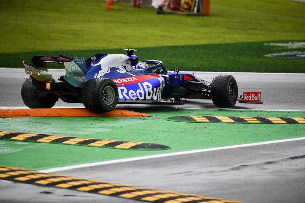 Pierre Gasly, Toro Rosso STR14 stuck on a kerb