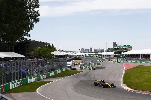 Nico Hulkenberg, Renault Sport F1 Team R.S. 18, leads Carlos Sainz Jr., Renault Sport F1 Team R.S. 18.