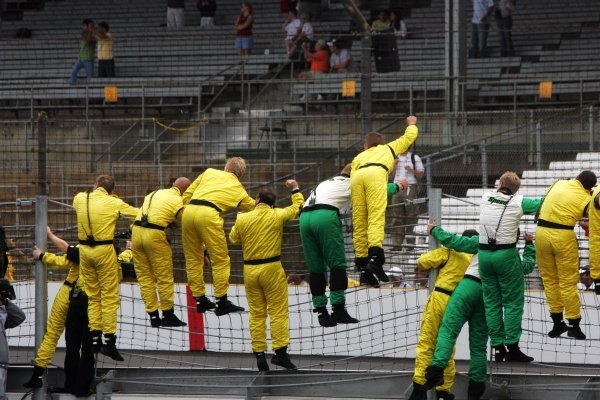 Jordan salute their drivers at the finish. Formula One World Championship, Rd 9, United States Grand Prix, Race, Indianapolis, USA, 19 June 2005.DIGITAL IMAGE
