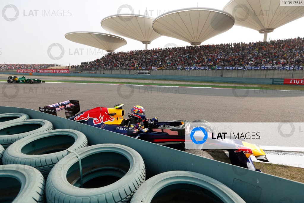 Shanghai International Circuit, Shanghai, China Sunday 14th April 2013 Mark Webber, Red Bull RB9 Renault, comes to a halt after a loose wheel detaches from his car. World Copyright: Charles Coates/LAT Photographic ref: Digital Image _N7T6713
