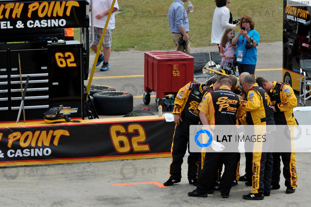 13-14 April, 2013, Rockingham, North Carolina USA Brendan Gaughan pit crew ©2013, Scott R LePage LAT Photo USA