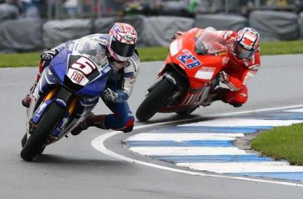 2007 Moto GP British Grand Prix.Donington Park, England.22nd-24th June 2007.Colin Edwards (FIAT Yamaha Team, Yamaha YZR-M1) leads the race from Casey Stoner (Ducati Marlboro Team, Ducati Desmosedici GP7) action.World Copyright: Kevin Wood/LAT Photographicref: Digital Image IMG_6190