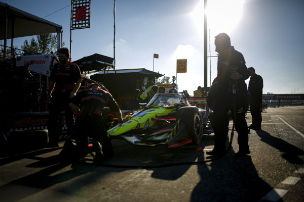 #18: Ed Jones, Dale Coyne Racing with Vasser Sullivan Honda, crew members