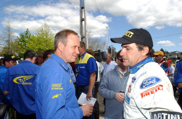 2002 World Rally Championship.Propecia Rally of New Zealand, Auckland, October 3rd-6th.Carlos Sainz talks with David Lapworth at the end of the rally.Photo: Ralph Hardwick/LAT