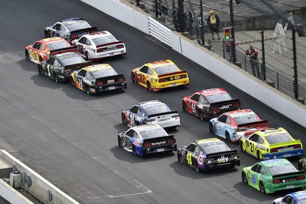 #4: Kevin Harvick, Stewart-Haas Racing, Ford Mustang Mobil 1 and #12: Ryan Blaney, Team Penske, Ford Mustang Wabash National