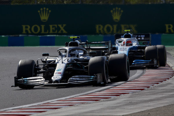 Valtteri Bottas, Mercedes AMG W10, leads Robert Kubica, Williams FW42