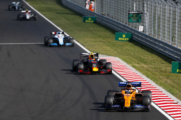 Carlos Sainz Jr., McLaren MCL34, leads Pierre Gasly, Red Bull Racing RB15, George Russell, Williams Racing FW42, Antonio Giovinazzi, Alfa Romeo Racing C38, and Lewis Hamilton, Mercedes AMG F1 W10