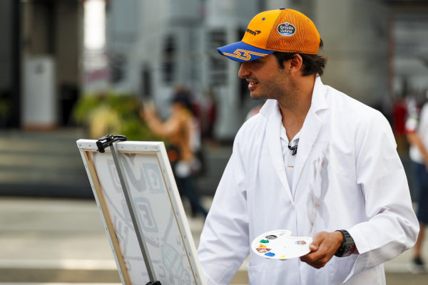 Carlos Sainz Jr, McLaren paints for a TV feature
