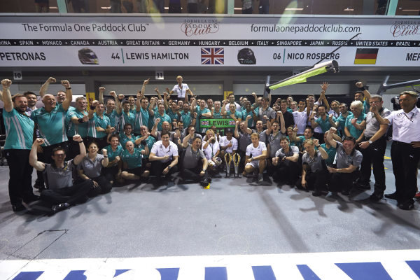 Marina Bay Circuit, Singapore. Sunday 21 September 2014. Lewis Hamilton, Mercedes F1 W05 Hybrid, 1st Position, Nico Rosberg, Mercedes F1 W05 Hybrid, and the Mercedes team celebrate victory. World Copyright: Steve Etherington/LAT Photographic. ref: Digital Image SNE19563