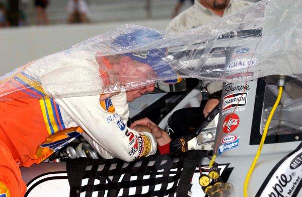 2003 NASCAR-Sharpie 500. Bristol Tenn USA,Aug 22-23,Ricky Craven lends a helping hand to Kurt Busch as the rain comes down,World Copyright -RobertLeSieur ,July,2003LAT Photographic-ref: digital image