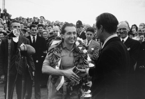 1952 British Grand Prix.Silverstone, Great Britain. 19 July 1952.Alberto Ascari (Ferrari), 1st position. Ref-52/38 #35A.World Copyright - LAT Photographic