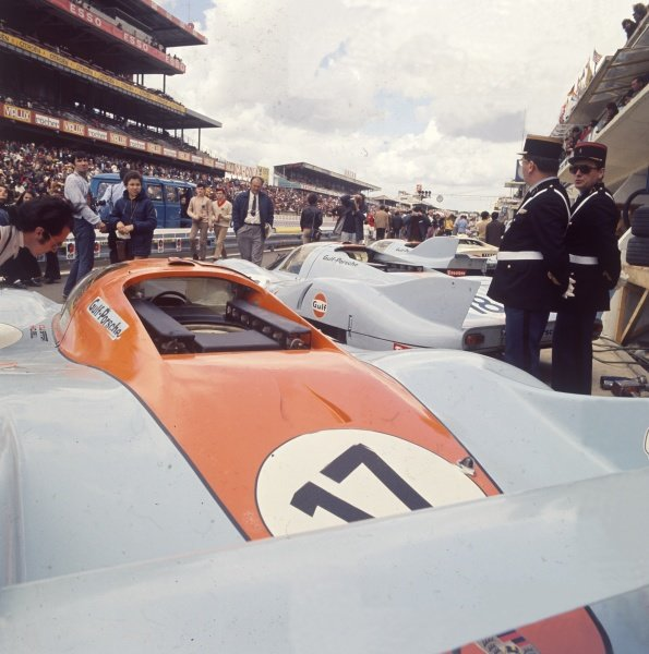 1971 Le Mans 24 hours. Le Mans, France. 12-13 June 1971. Jo Siffert/Derek Bell, (Porsche 917L), in the pit lane before the start of the race. World Copyright: LAT Photographic