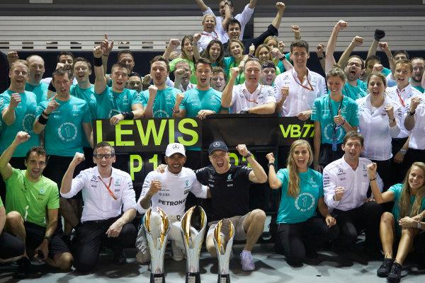 Marina Bay Circuit, Marina Bay, Singapore. Sunday 17 September 2017. Lewis Hamilton, Mercedes AMG, 1st Position, Valtteri Bottas, Mercedes AMG, 3rd Position, and the Mercedes team celebrate victory. World Copyright: Steve Etherington/LAT Images  ref: Digital Image SNE19546