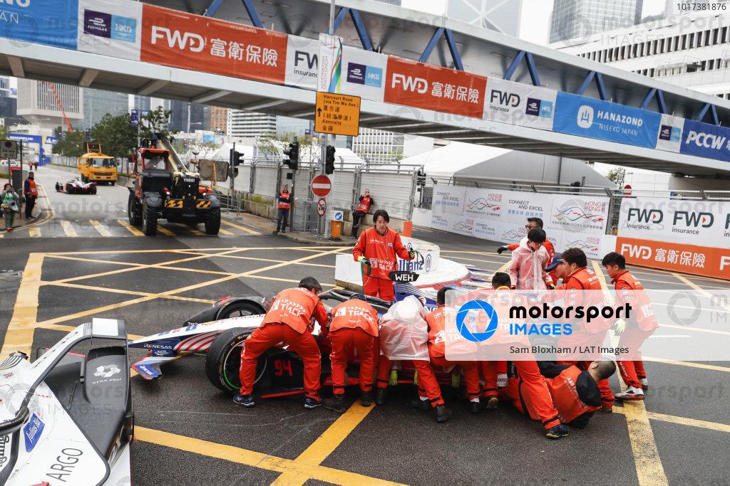Marshals push the car of Pascal Wehrlein (DEU), Mahindra Racing, M5 Electro away