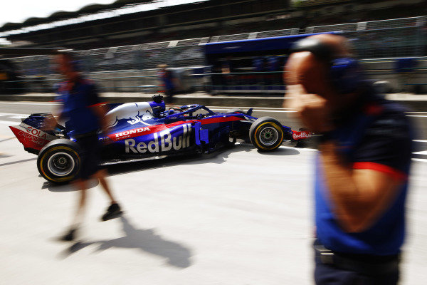 Brendon Hartley, Toro Rosso STR13 Honda, leaves the pits.