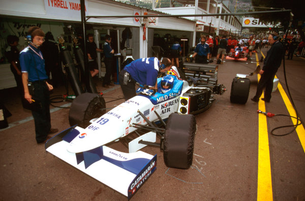 Monte Carlo, Monaco.16-19 May 1996.Mika Salo (Tyrrell 024 Yamaha) 5th position, gets adjustments made in the pit lane, while Harvey Postlethwaite looks on in th background.Ref-96 MON 24.World Copyright - LAT Photographic