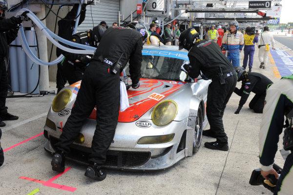 Circuit de La Sarthe, Le Mans, France. 13th - 17th June 2012. RaceSeth Neiman/Patrick Pilet/Spencer Pumpelly, Flying Lizard Motorsports, No 79 Porsche 911 RSR (997), makes a stop.Photo: Jeff Bloxham/LAT Photographic. ref: Digital Image DSC_4888