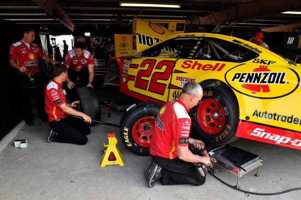 #22: Joey Logano, Team Penske, Ford Fusion Shell Pennzoil crew