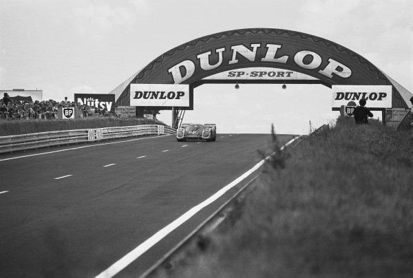 1970 Le Mans 24 hours. Le Mans, France. 13th - 14th June 1970. Hans Herrmann / Richard Attwood (Porsche 917K), 1st position, action. World Copyright: LAT Photographic. Ref: 3139 - 5.