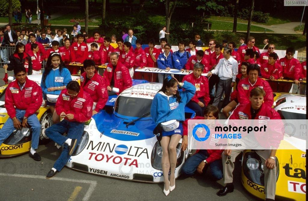 TOM'S Toyota team, L-R: Aguri Suzuki (JPN), Masanori Sekiya (JPN), Hitoshi Ogawa (JPN), Geoff Lees (GBR), Roberto Ravaglia (ITA), Johnny Dumfries (GBR). Le Mans 24 Hours, Le Mans, France, 16 June 1990. BEST IMAGE
