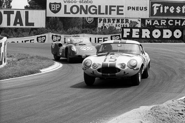 Briggs Cunningham (USA) / Bob Grossman (USA) Jaguar E-Type Light leads the Graham Hill (GBR) / Richie Ginther (USA) Rover-BRM Turbine car. Le Mans 24 Hours, Le Mans, France, 16-17 June 1963.