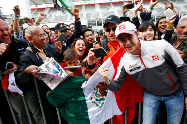 Autodromo Hermanos Rodriguez, Mexico City, Mexico. Thursday 27 October 2016. Esteban Gutierrez, Haas F1, poses for a a picture with fans with a mexican flag. World Copyright: Andy Hone/LAT Photographic ref: Digital Image _ONZ0152