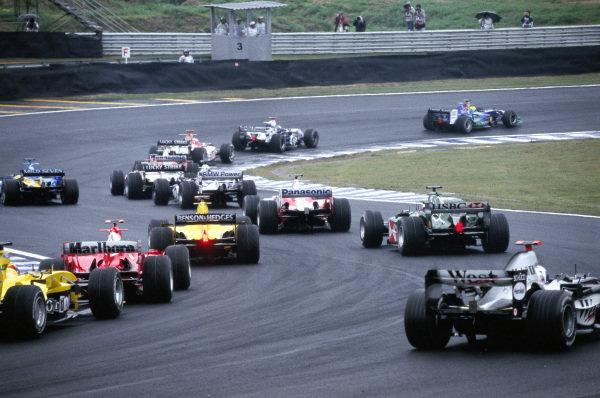 Felipe Massa, Sauber C23 Petronas leads Juan Pablo Montoya, Williams FW26 BMW and Jenson Button, BAR 006 Honda at the start.