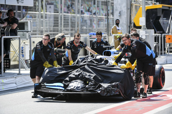 Marshals pushing the car of George Russell, Williams Racing FW42 after damage on the track in FP1