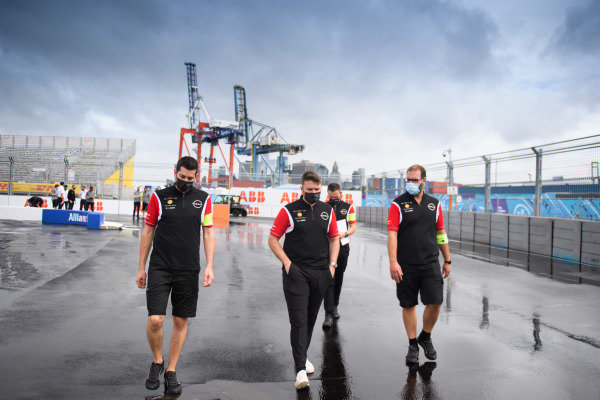 Oliver Rowland (GBR), Nissan e.Dams, walks the track with members of his team