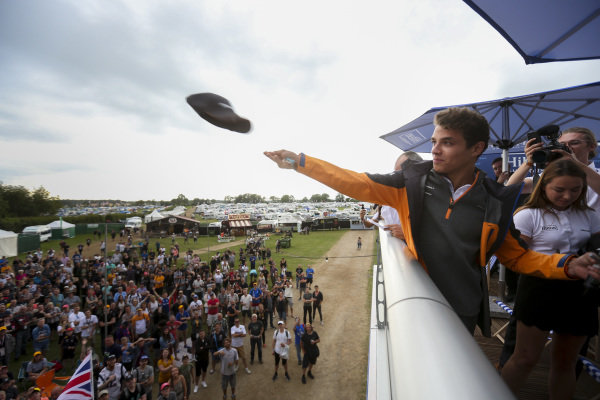Lando Norris, McLaren gives hats t fans