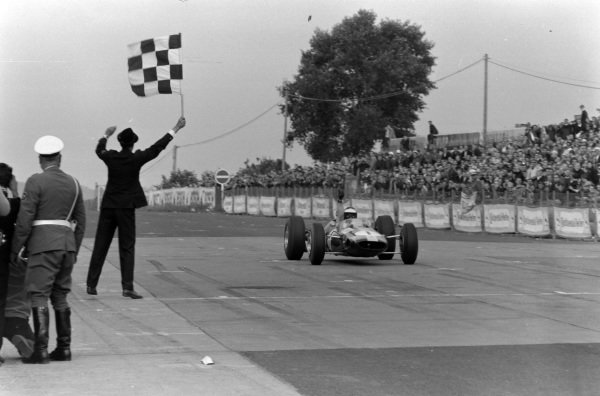 Jim Clark, Lotus 33 Climax, takes the chequered flag.