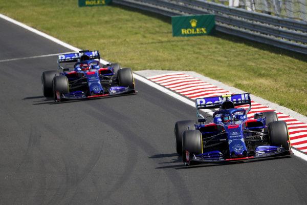 Alexander Albon, Toro Rosso STR14, leads Daniil Kvyat, Toro Rosso STR14