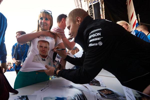 Sochi Autodrom, Sochi, Russia. Thursday 27 April 2017. Valtteri Bottas, Mercedes AMG, autographs a T-shirt for a fan. World Copyright: Steve Etherington/LAT Images ref: Digital Image SNE12020