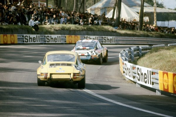 1971 Le Mans 24 hours. Le Mans, France. 12-13 June 1971. Bjorn Waldegaard/Bernard Cheneviere leads Mario Ilotte/Jean-Pierre Hanrioud (both Porsche 911S). World Copyright: LAT Photographic Ref: 71LM31