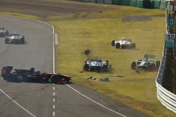2014 Super Formula Series Sugo, Japan. 27th - 28th September 2014. Rd 6. The first lap accident, action World Copyright: Yasushi Ishihara / LAT Photographic. Ref:  2014SF_Rd6_025.JPG