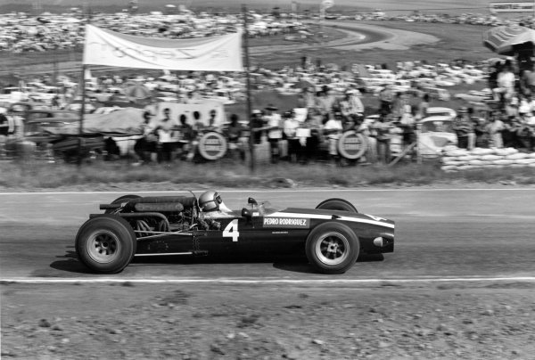 1967 South African Grand Prix.Kyalami, South Africa. 2 January 1967.Pedro Rodriguez (Cooper T81-Maserati), 1st position, action.World Copyright: LAT PhotographicRef: 1460 #40A