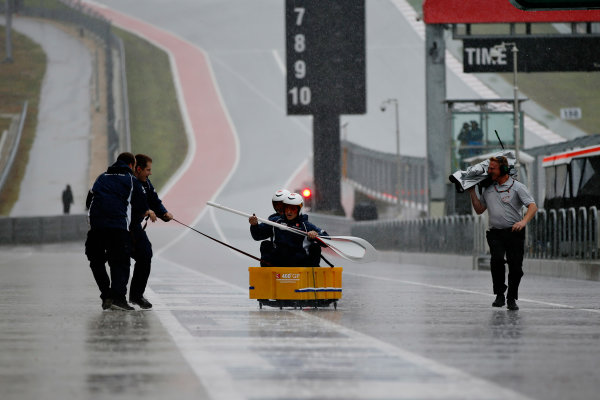 Circuit of the Americas, Austin, Texas, United States of America. Saturday 24 October 2015. The Sauber team row their boat down the pitlane. World Copyright: Glenn Dunbar/LAT Photographic. ref: Digital Image _89P4731