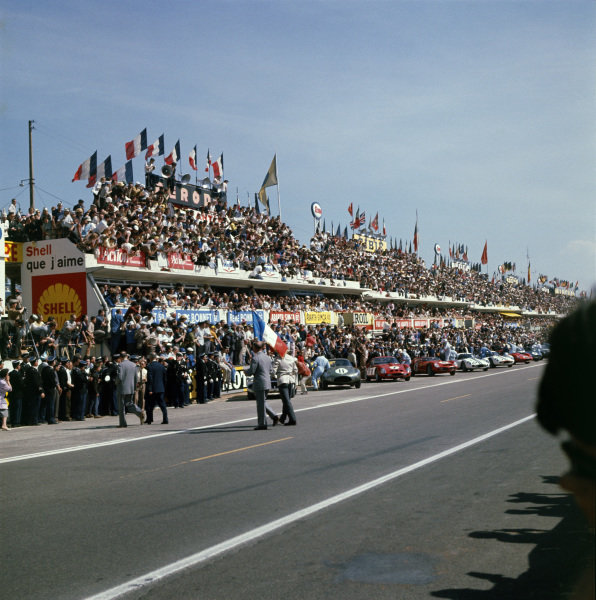 Le Mans, France.23rd - 24th June 1962.The start with Graham Hill (Aston Martin DB212) to the fore, action.Ref: 543. World Copyright - LAT Photographic