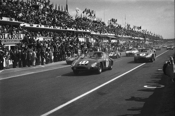 Le Mans, France. 15th - 16th June 1963.Dan Gurney/Jim Hall (Ferrari 330 LM Berlinetta), retired, leads at the start, action. World Copyright: LAT Photographic.Ref:  L63 - 177 - 9-9A.