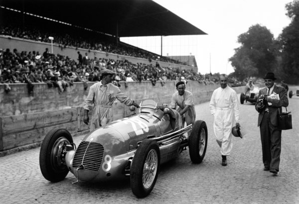 Bremgarten, Berne, Switzerland. 20th August 1939.Rene Dreyfus, Maserati 8CTF, 8th position overall, walks with his car and mechanics to the grid, portrait. World Copyright: Robert Fellowes/LAT Photographic.Ref:  RF39_CH_C3.